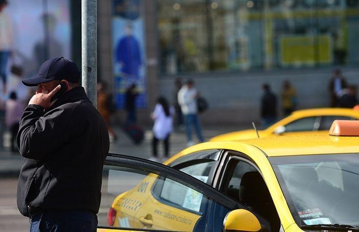 Таксист сломал нос и ногу сделавшей ему замечание пассажирке