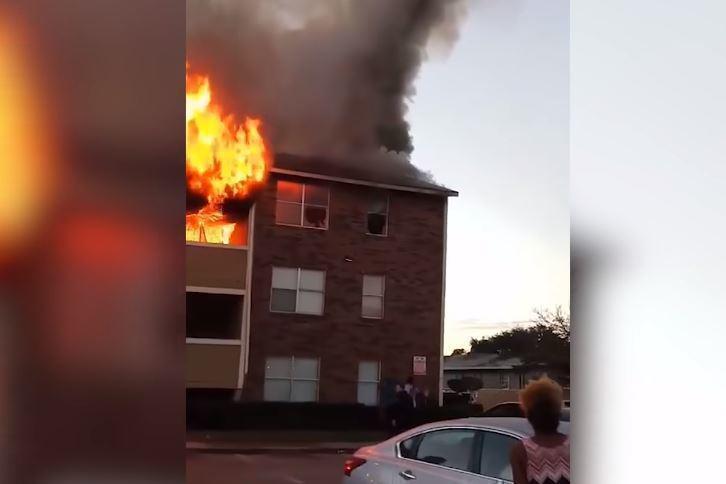 В Америке мужчина поймал ребенка, который был брошен из окна горящего дома (видео)