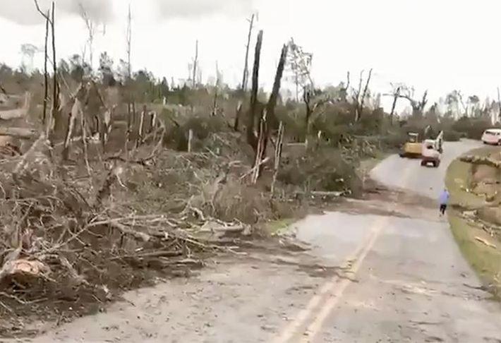 Более 10 человек стали жертвами торнадо в США. Видео