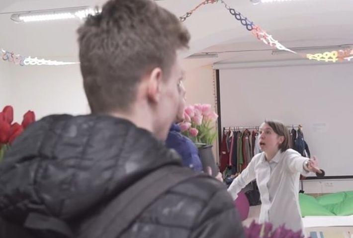 В Петербурге феминистки залили перцем мужчин с тюльпанами