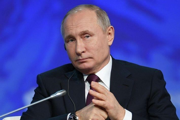Путин пошутил над поправившим его переводчиком