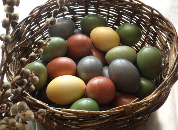 Ни грамма химии: 10 сособов покрасить яйца природными красителями
