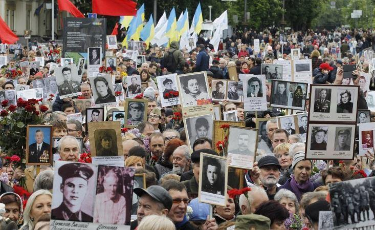 Радикалы в Киеве старались перекричать «Бессмертный полк»