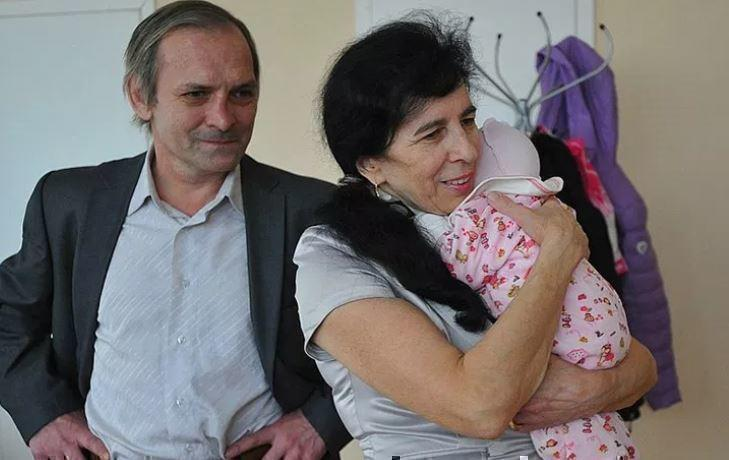 Россиянка, родившая в 60 лет, поведала, как воспитывает ребенка на пенсии