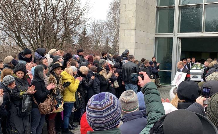 Фанаты объявили Началову святой и заряжают воду на ее могиле