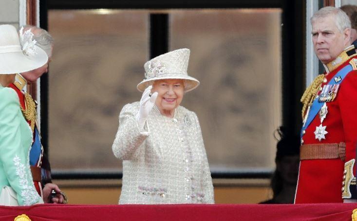 Королева Великобритании по-русски поздравила жителей РФ с праздником