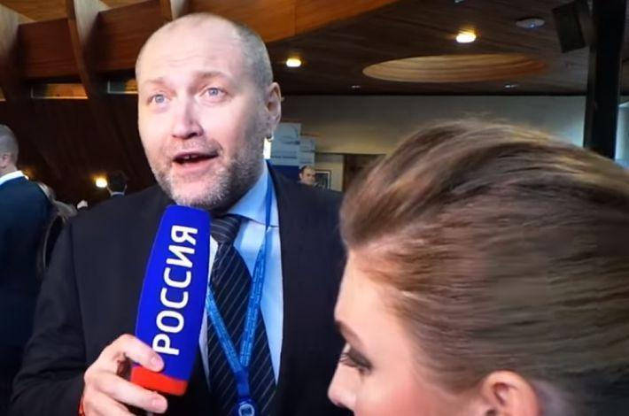 Толкнувший Скабееву украинский депутат вновь пристал к ней в ПАСЕ. Видео