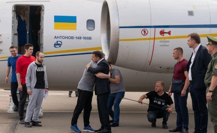 Освобожденный украинец рассказал, почему не пожал руку Зеленскому