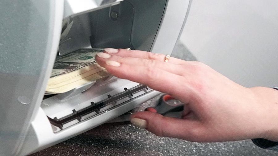 Экономист порекомендовал не покупать валюту на фоне падения курса рубля 1