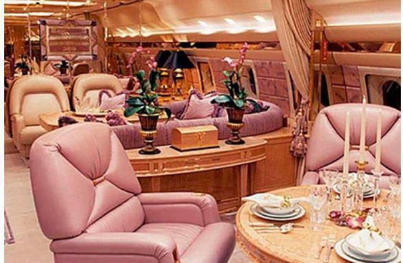 Опубликовано фото роскошного убранства самолета Романа Абрамовича 1