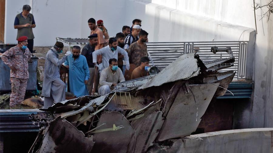 Пакистан сообщил о 90 погибших при крушении самолета 1