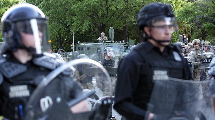 В США полиция выстрелила резиновыми пулями в продюсера Sputnik thumbnail