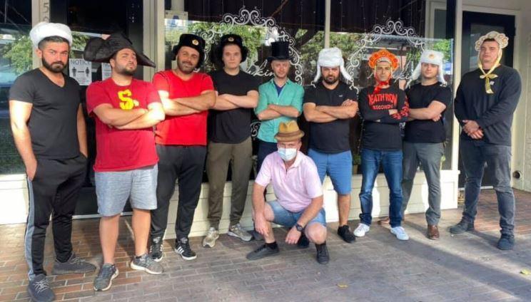 Выходцы из РФ в шапках-ушанках защитили ресторан в Сан-Диего от толпы протестующих thumbnail