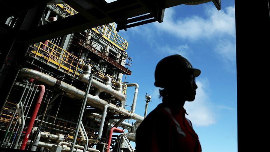 Страны ОПЕК+ договорились продлить сокращение добычи нефти thumbnail