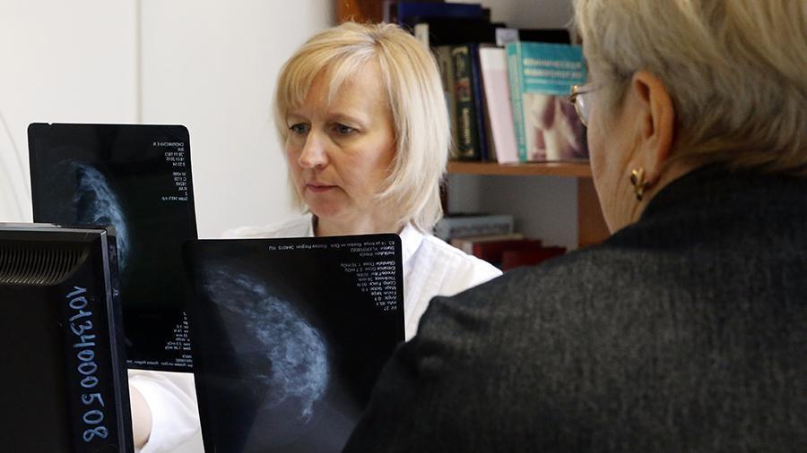 Врач поведала об опасности боли в груди у женщин 1