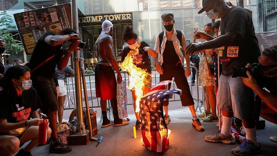 Протестующие у Белого дома сожгли американский флаг после речи Трампа 1