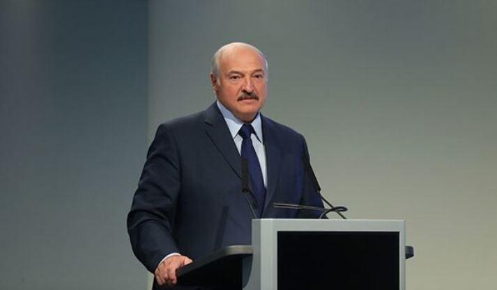 Лукашенко появился на интервью без обуви 1