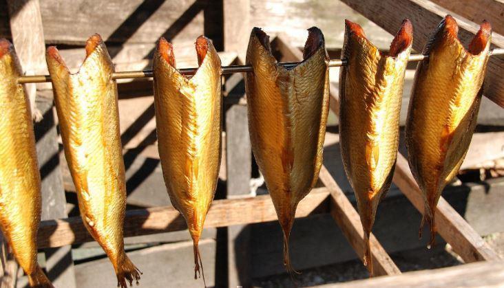 Эксперт рассказал, где не следует покупать рыбу горячего копчения 1