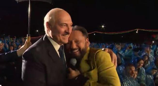 Стас Михайлов прервал концерт, чтобы обняться под дождем с Лукашенко 1