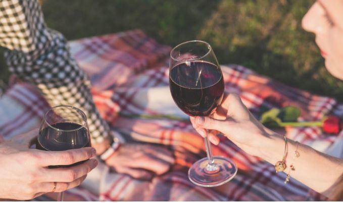 Ученые назвали алкогольный напиток для облегчения COVID-19 1