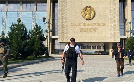 Лукашенко снова появился с автоматом в руках 1