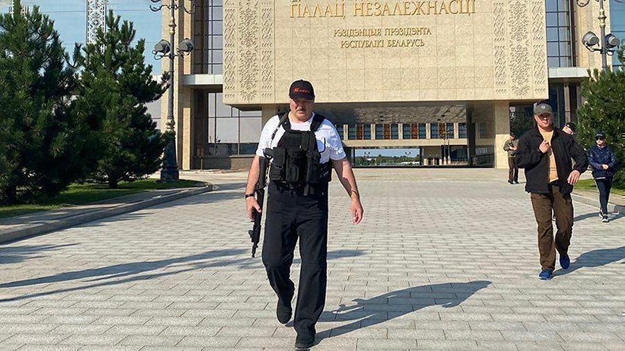 Лукашенко объяснил, зачем взял в руки оружие 1