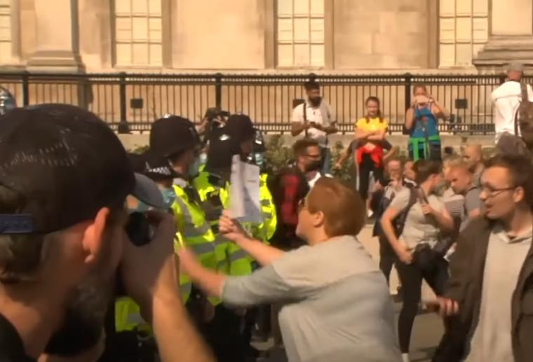Массовые протесты в Лондоне: народ бунтует против самоизоляции 1