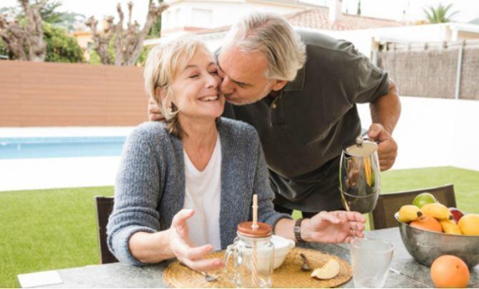 Названы самые опасные для здоровья пожилых людей напитки 1