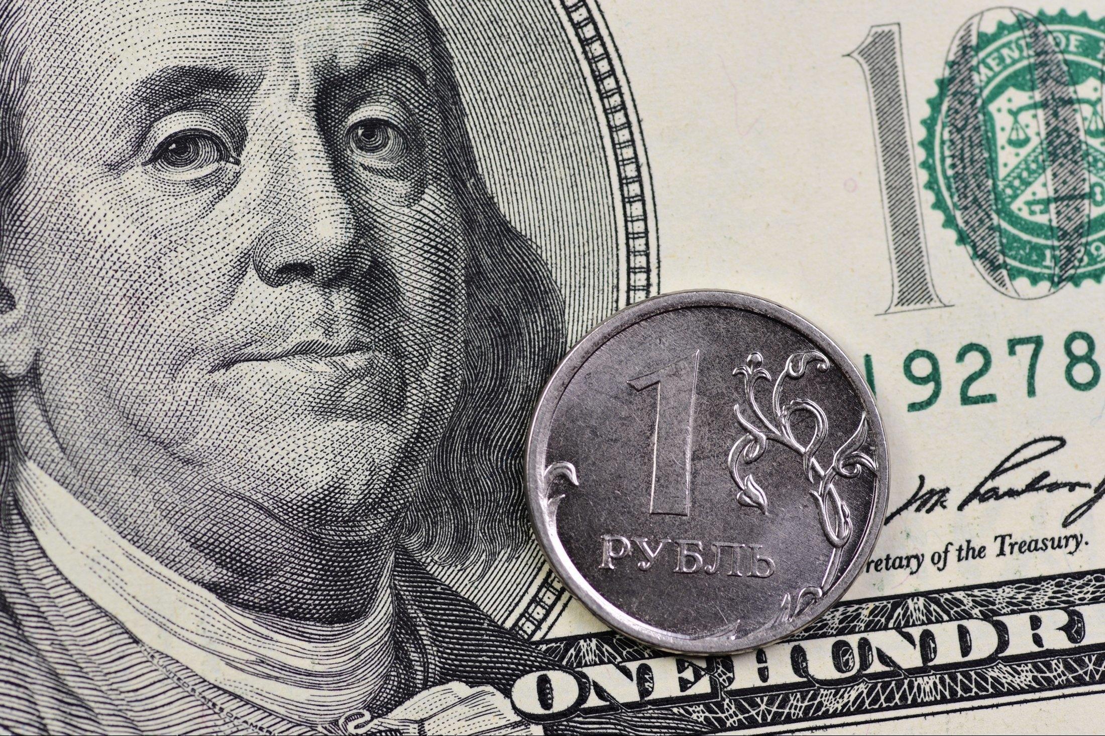 Курс доллара на Мосбирже поднялся до 79 рублей впервые с 2 апреля 1