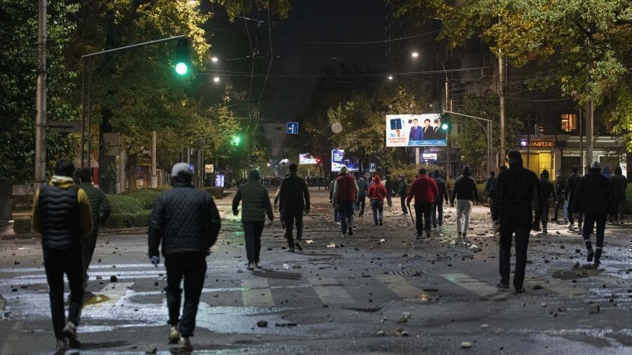 В Бишкеке протестующие против итогов выборов захватили мэрию 1