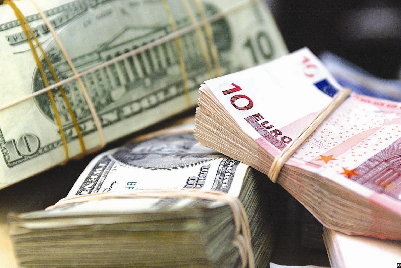 Курс евро на Мосбирже опустился ниже 90 рублей впервые с 25 сентября 1