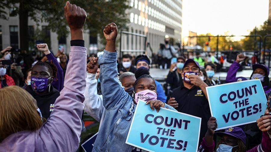 В Детройте активисты требуют прервать подсчет голосов 1