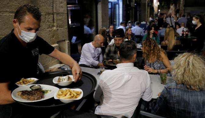 Le Monde: французские учёные подтвердили — подхватить ковид легче всего во время еды 1
