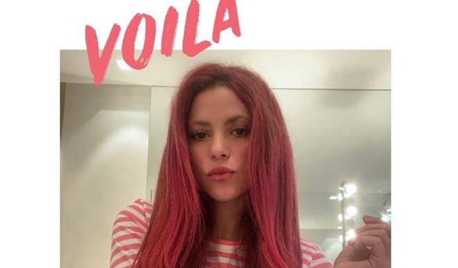 Шакира в 44 года перекрасила волосы в ярко-малиновый цвет 1