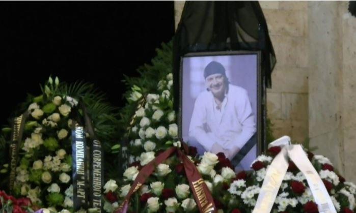 Могила Дмитрия Марьянова стала местом обитания бомжей и алкоголиков 1