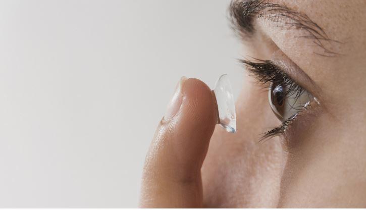 Офтальмолог объяснил, почему контактные линзы повышают риск заражения COVID-19