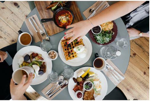 Диетологи поделились любимыми рецептами простых и полезных завтраков