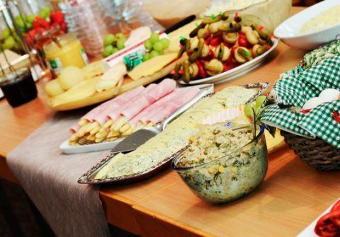 Ешь - не хочу: врач рассказала, как распознать переедание
