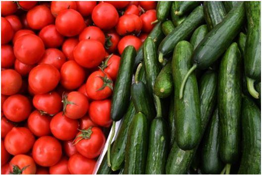 Врач оценил опасность сочетания огурцов и помидоров в салате 1