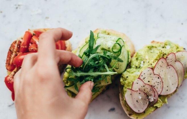 Биолог Шестаков рассказал об опасности упавшей на пол еды 1