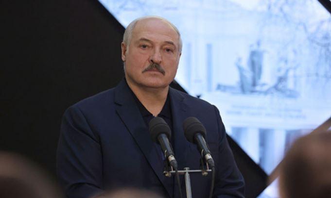 Лукашенко подколол Байдена после инцидента с падением на трапе самолета 1