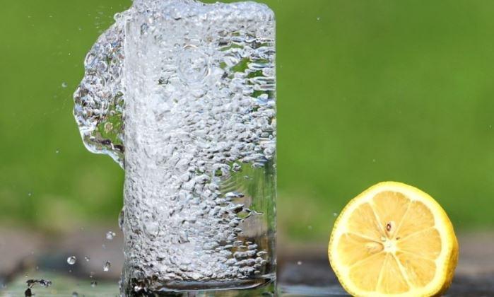 Диетолог оценил пользу ежедневного употребления воды с лимоном