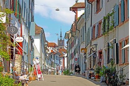 В Швейцарии нашли способ избавиться от попрошаек и возмутили Евросоюз