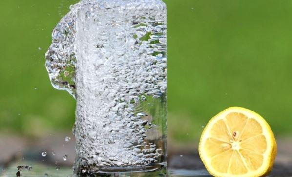 Диетологи США перечислили полезные свойства воды с лимоном