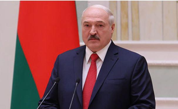 Лукашенко объяснил цель принятия декрета о передаче власти премьеру