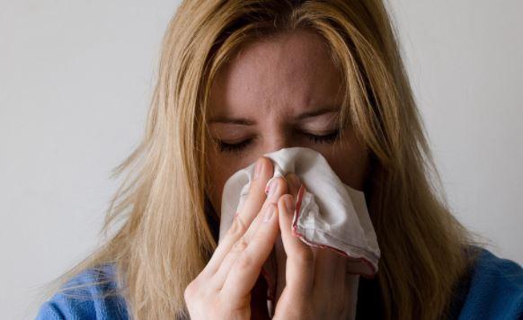 Британские медики выяснили, о чем говорит частое чихание у привитых от COVID-19