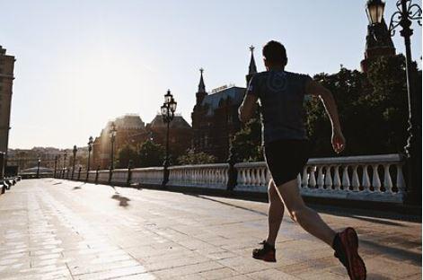 Названы последствия утреннего бега на голодный желудок