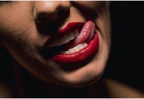 Врачи рассказали о диагностике опасных заболеваний по налету на языке
