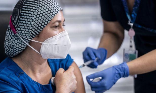 Терапевт объяснил, почему пожилые люди легче переносят вакцинацию