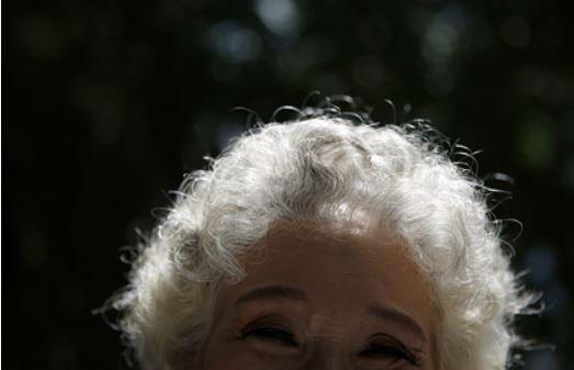 Ученые рассказали о способе вернуть цвет седым волосам
